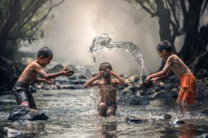 boysplayinginwater